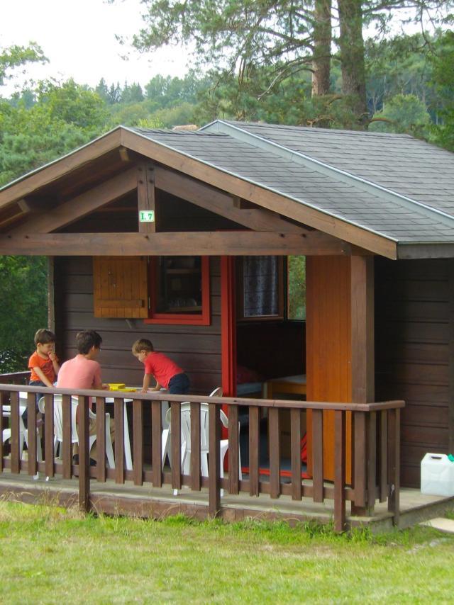 Famille dans un chalet du camping Aquadis de Marcillac-la-Croisille